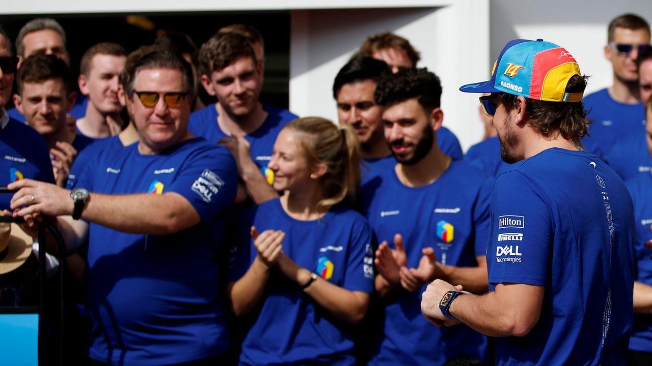 Fernando Alonso en el homenaje de despedida de su equipo antes de su última carrera