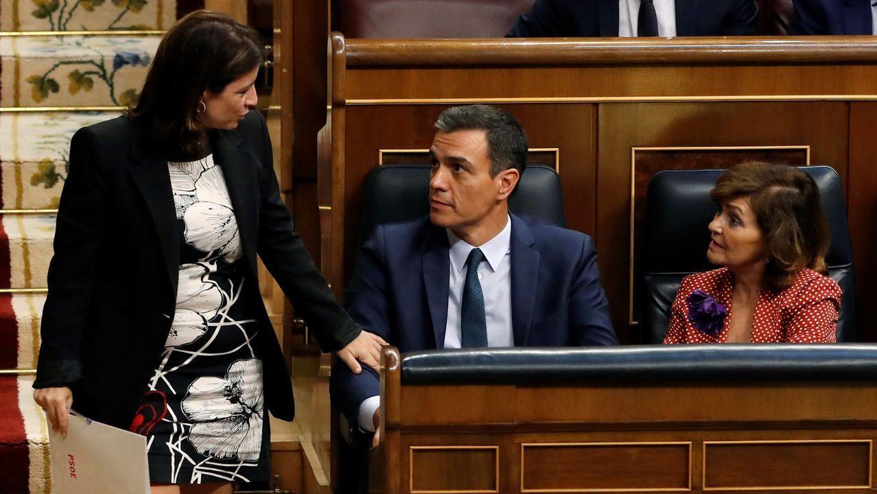 Adriana Lastra, portavoz y negociadora del PSOE, charla con Pedro Sánchez y Carmen Calvo antes de subir a la tribuna