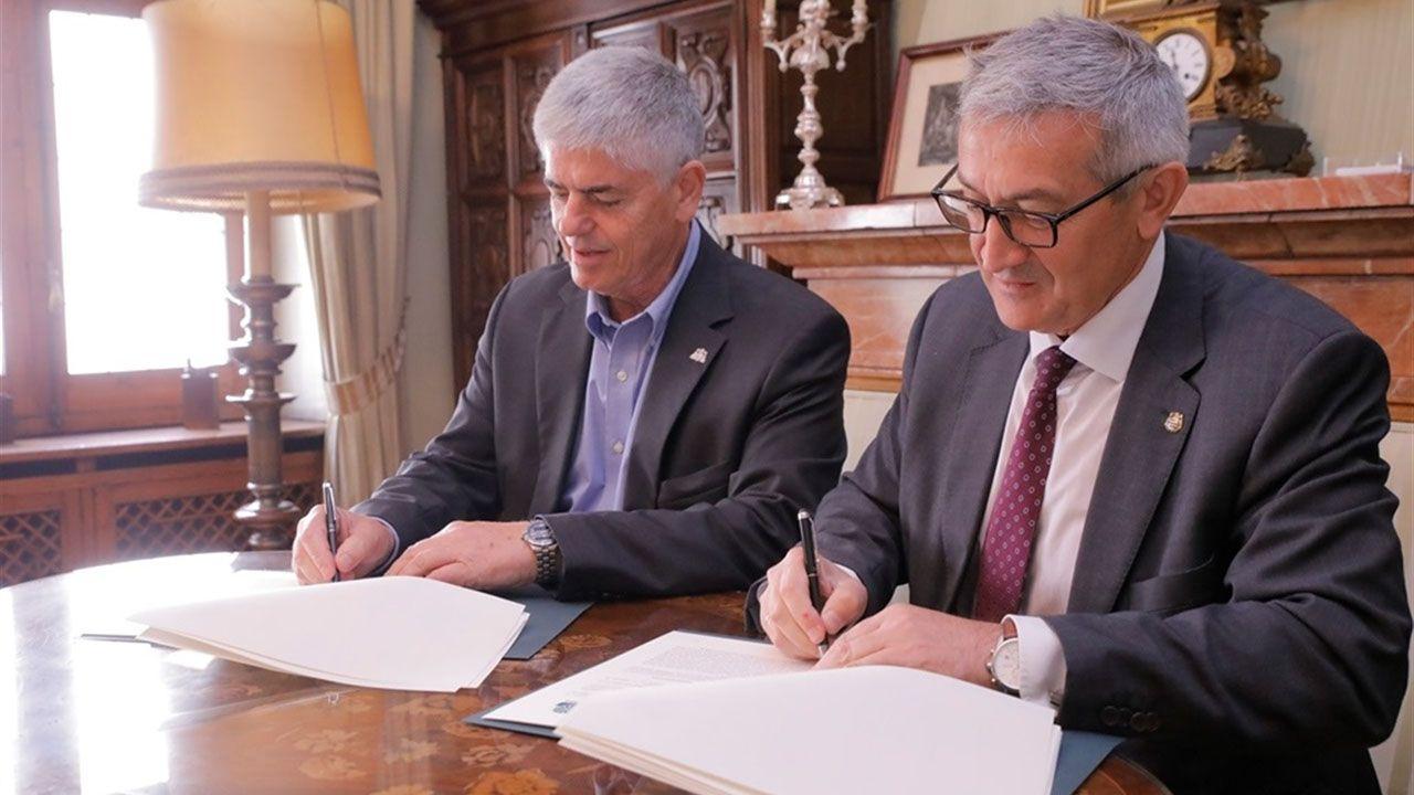 Los reyes posan con los premiados en los Premios Princesa de Asturias.La Universidad de Oviedo y Cogersa firmando