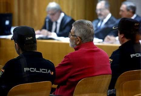 Laureano Oubiña, ayer entre dos policías en el banquillo de la Audiencia Nacional.
