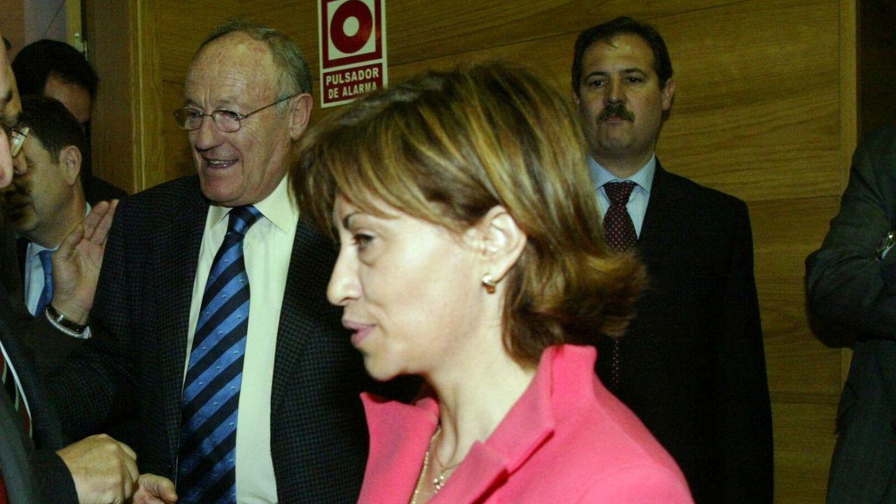 Elena Espinosa (centro), este martes en una inauguración.