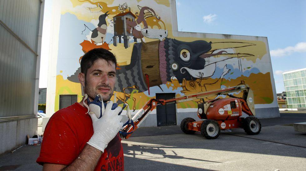 Rexenera Fest 2015.Pixel Pancho, ayer al mediodía, trabajando en uno de los cerdos de su mural de la calle Gran Vía.