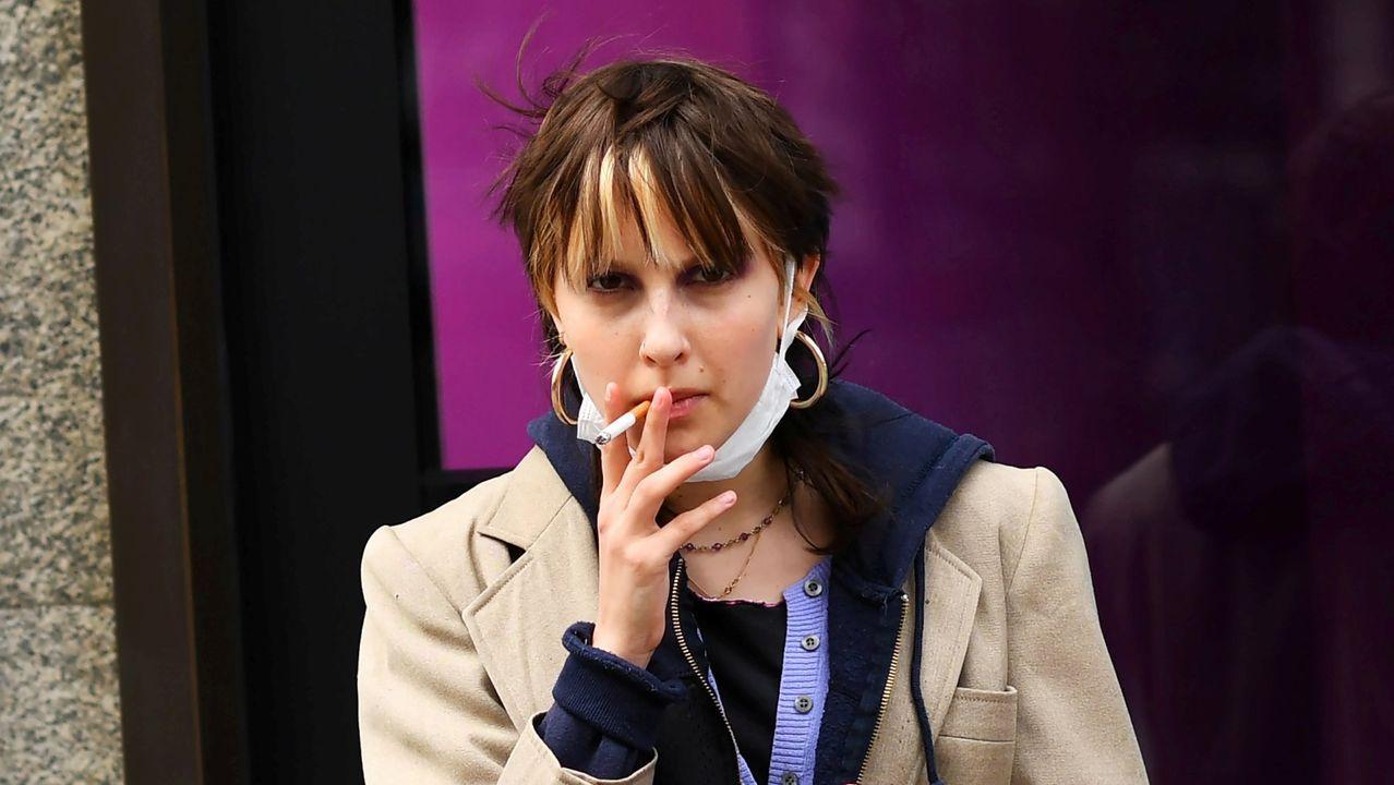 Una mujer, fumando un cigarro en Londres