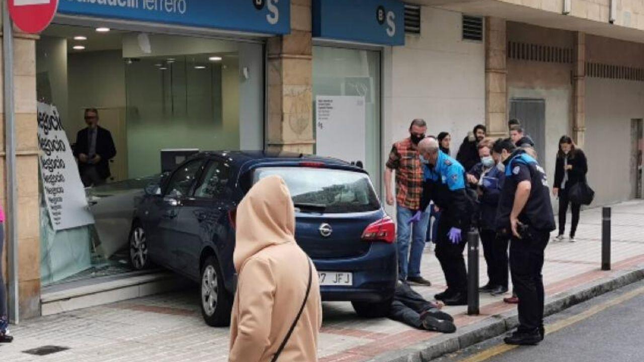 Pescadores evacuados del barco hundido frente a la costa de Navia llegan al hospital de Cabueñes, en Gijón.Un momento de la rueda de prensa de Podemos y la FAV