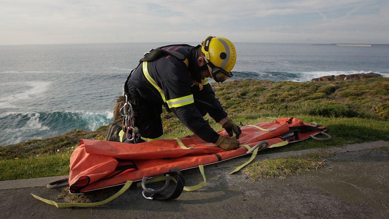El Pesca 2 rescató a dos pescadores recreativos, padre e hijo.Imagen de archivo de un operativo de rescate llevado a cabo por los bomberos de Arteixo