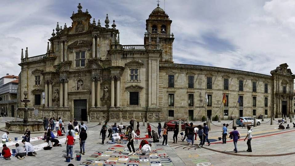 Plaza mayor de Celanova, concello de Ourense en el que es imprescindible visitar el monasterio de San Rosendo y su casco histórico
