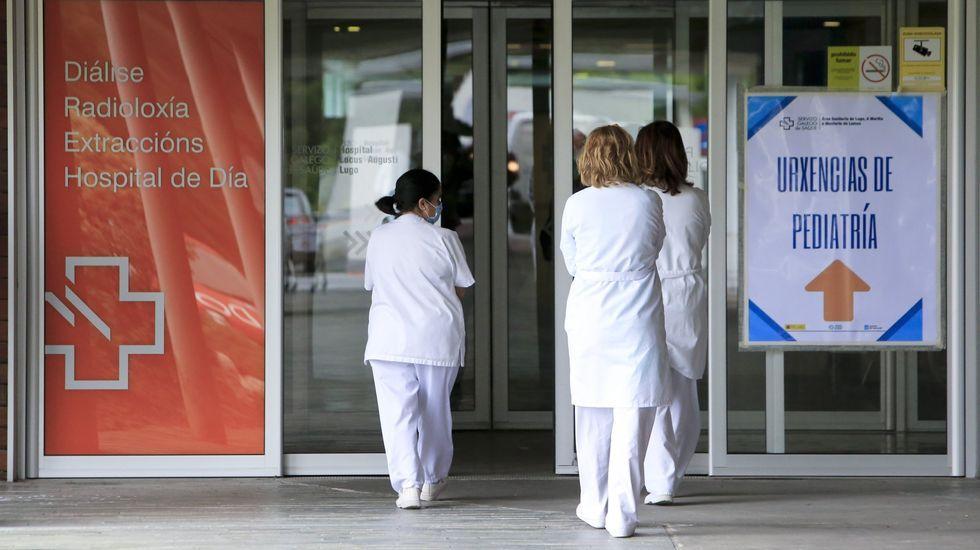 Personal sanitario en la entrada de urgencias del hospital lucense