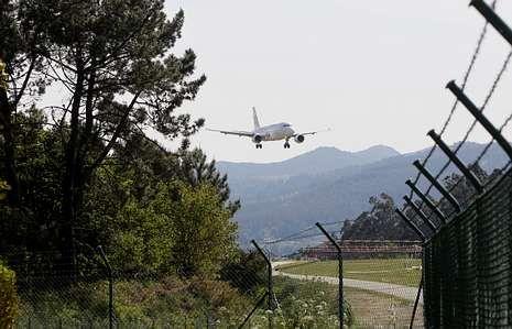 El aeropuerto vigués emite cada año a la atmósfera 205.000 toneladas de CO2.