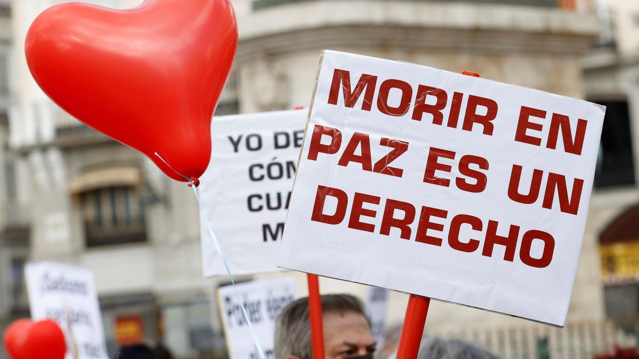 Rodrigo Rato.Miembros de la asociación Derecho a Morir Dignamente se concentran en la Puerta del Sol a favor de la aprobación de la ley de eutanasia en el Congreso