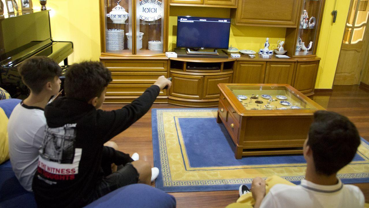 La televisión en blanco y negro sobrevive en Padrón.El secretario de Estado para el Avance Digital, Francisco de Paula Polo