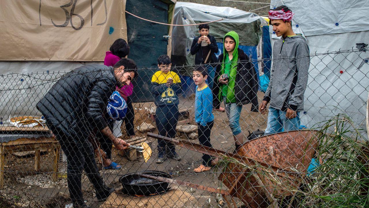 Menores en un campamento temporal a la puertas del campo de refugiados de Moria, en la isla de Lesbos