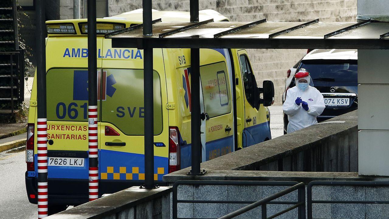 Un sanitario con equipo de protección individual, en las inmediaciones del Hospital Montecelo, de Pontevedra