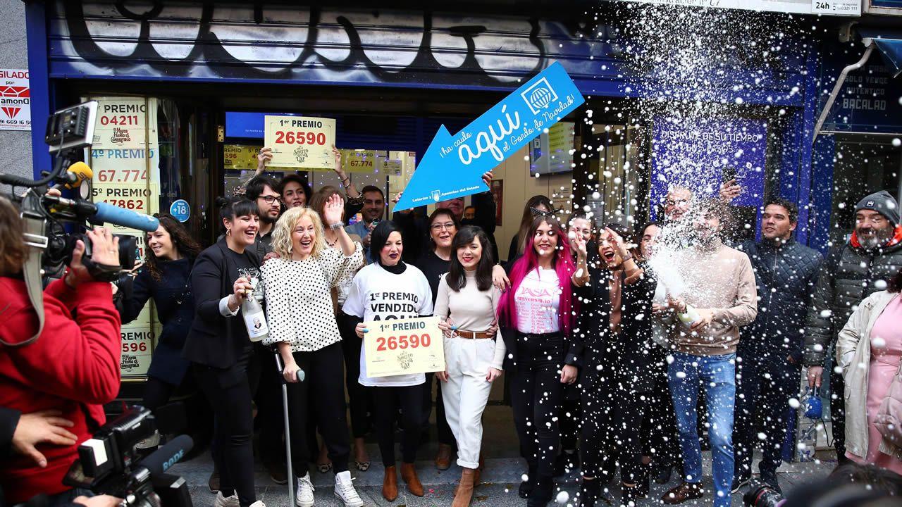 Un quinto de la lotería de Navidad deja un pellizco en Camelias, Vigo.Patricia Díaz, al frente de Duende Azul, una tienda de chucherías de Os Concheiros, en Santiago, en la que también despacha lotería por máquina, y que vendió dos décimos del quinto de Navidad con el número 66212