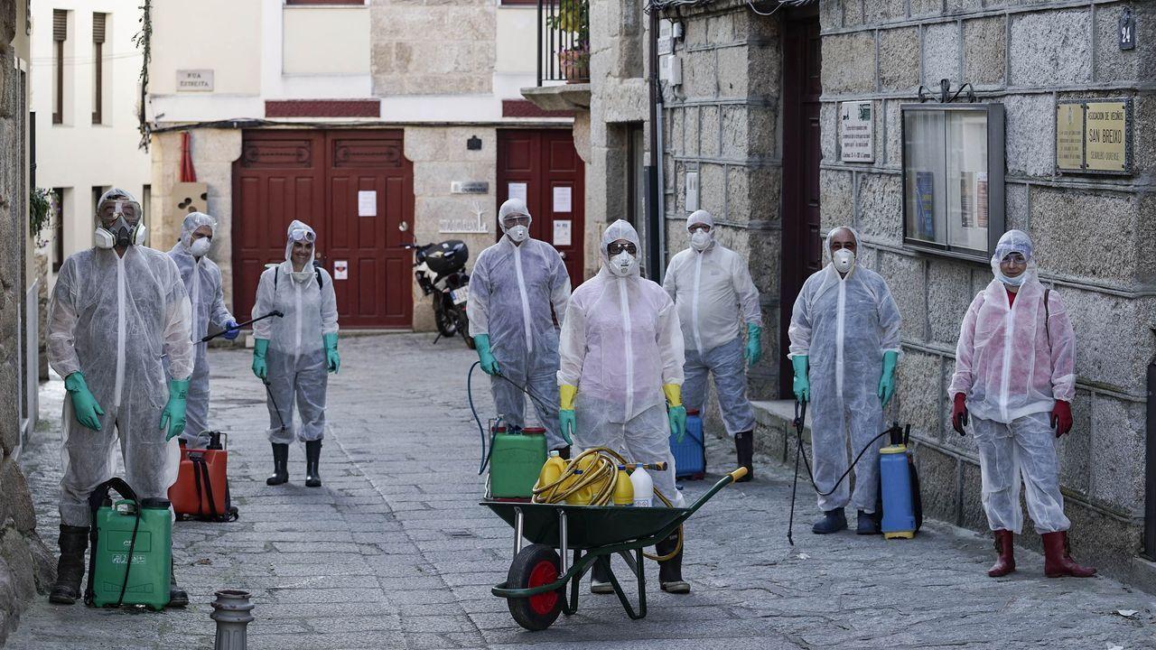 Vecinos voluntarios desinfectan las rúas de Seixalbo.  Décimoquinto día del Estado de Alarma por emergencia sanitaria originado por el coronavirus chino COVID-19.