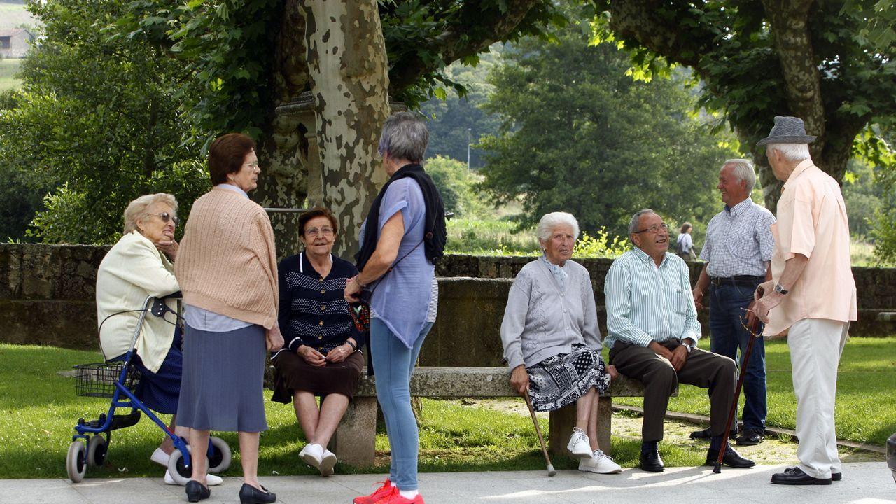 Un grupo de vecinos en la Alameda de Chantada, en una imagen de archivo