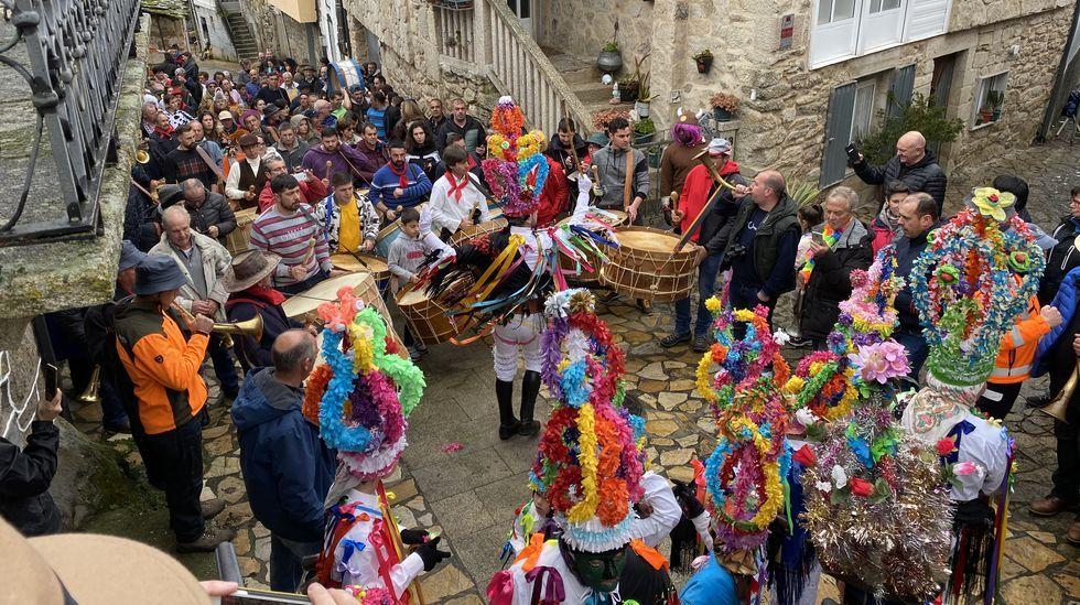 As mázcaras bailan ao ritmo do fulión en Manzaneda.Participantes en la fiesta de Coirós