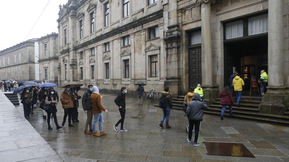 dopico.Alumnos entrando en Medicina el pasado enero para la realización de un examen presencial durante la tercera ola de la pandemia