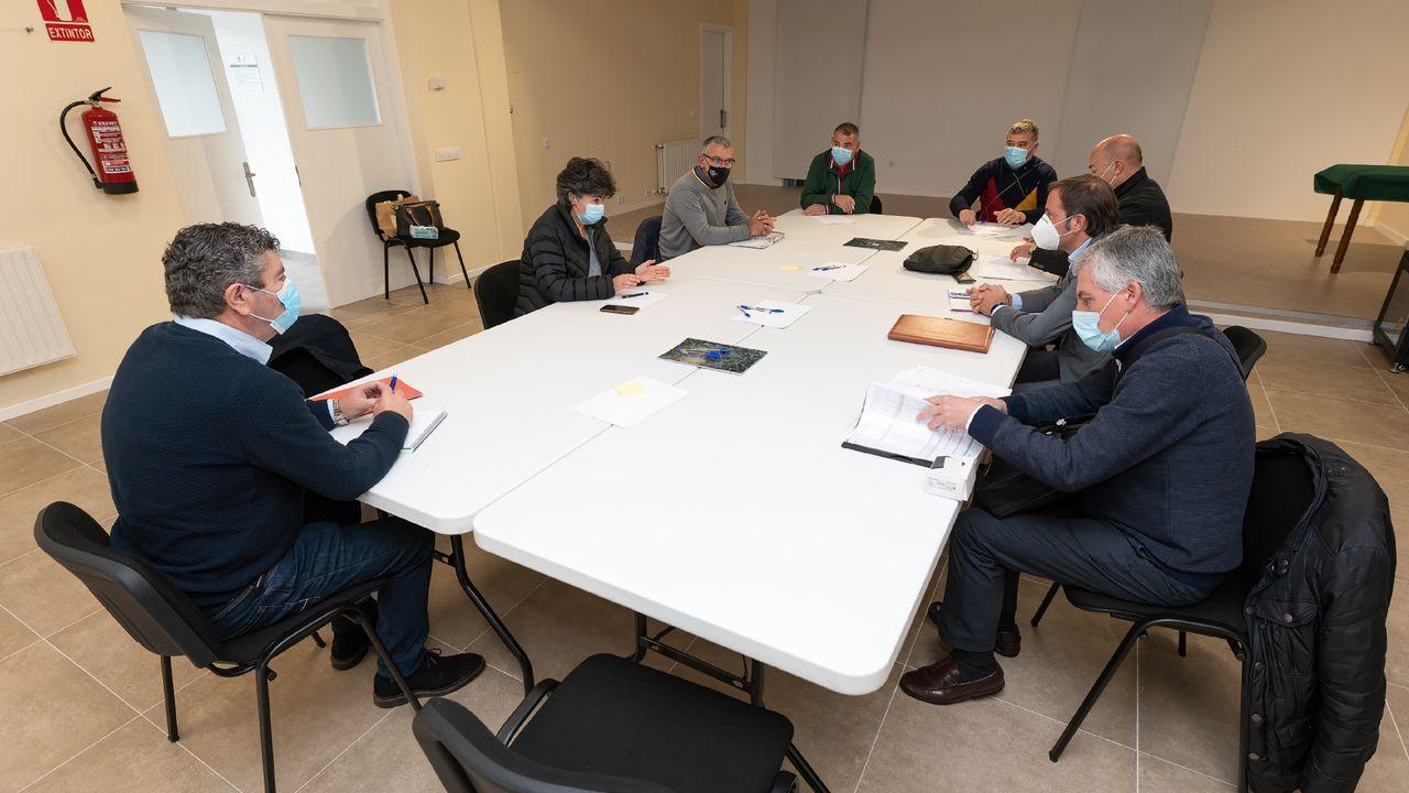 Alcaldes y representantes de Renfe y Adif, en la reunión celebrada ayer en Moeche