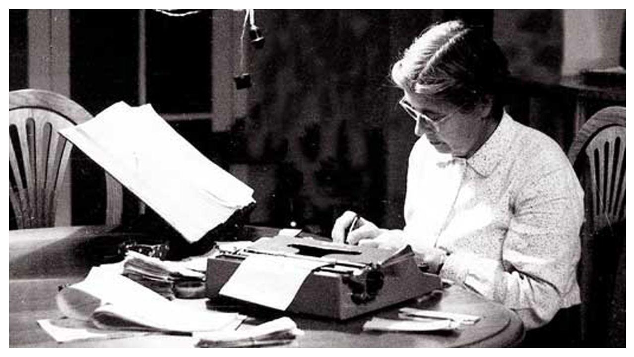 Moliner trabajó en el retiro del hogar y sufrió la discriminación de su época, que le impidió ingresar en la RAE