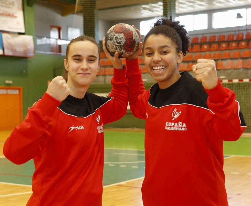 Los escolares de Carballo, con la selección española de balonmano femenino júnior