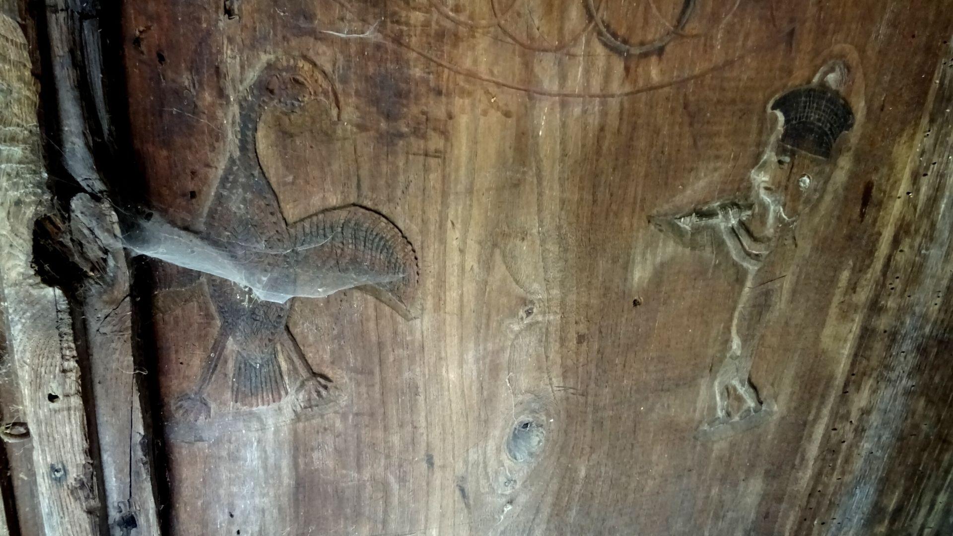 Una de sus interesantes y finas tallas muestra a una figura humana enfrentándose a un ave