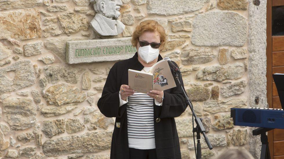 Fina Cousillas lee un poema de su libro, presentado el pasado 17 de mayo en O Couto, Ponteceso