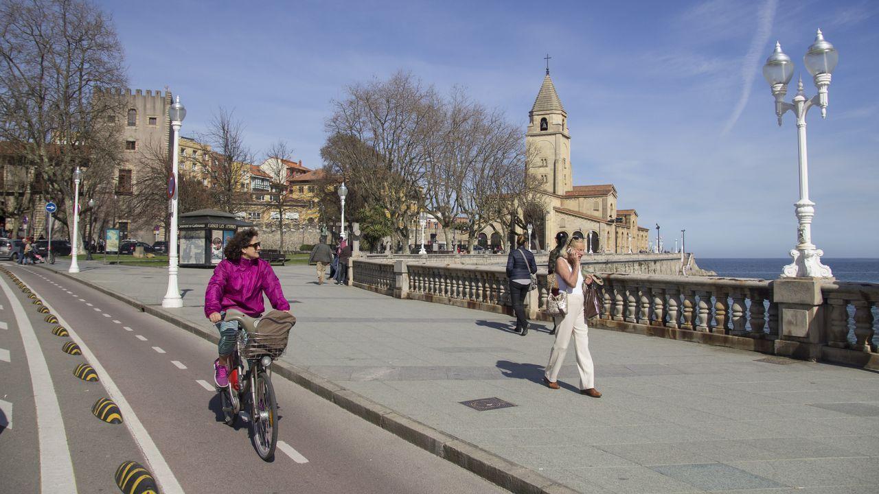 Gijón: el aliado de las ciudades gallegas en el noroeste.L'artista Juan Genovés acompañáu d'autoridaes locales y rexonales