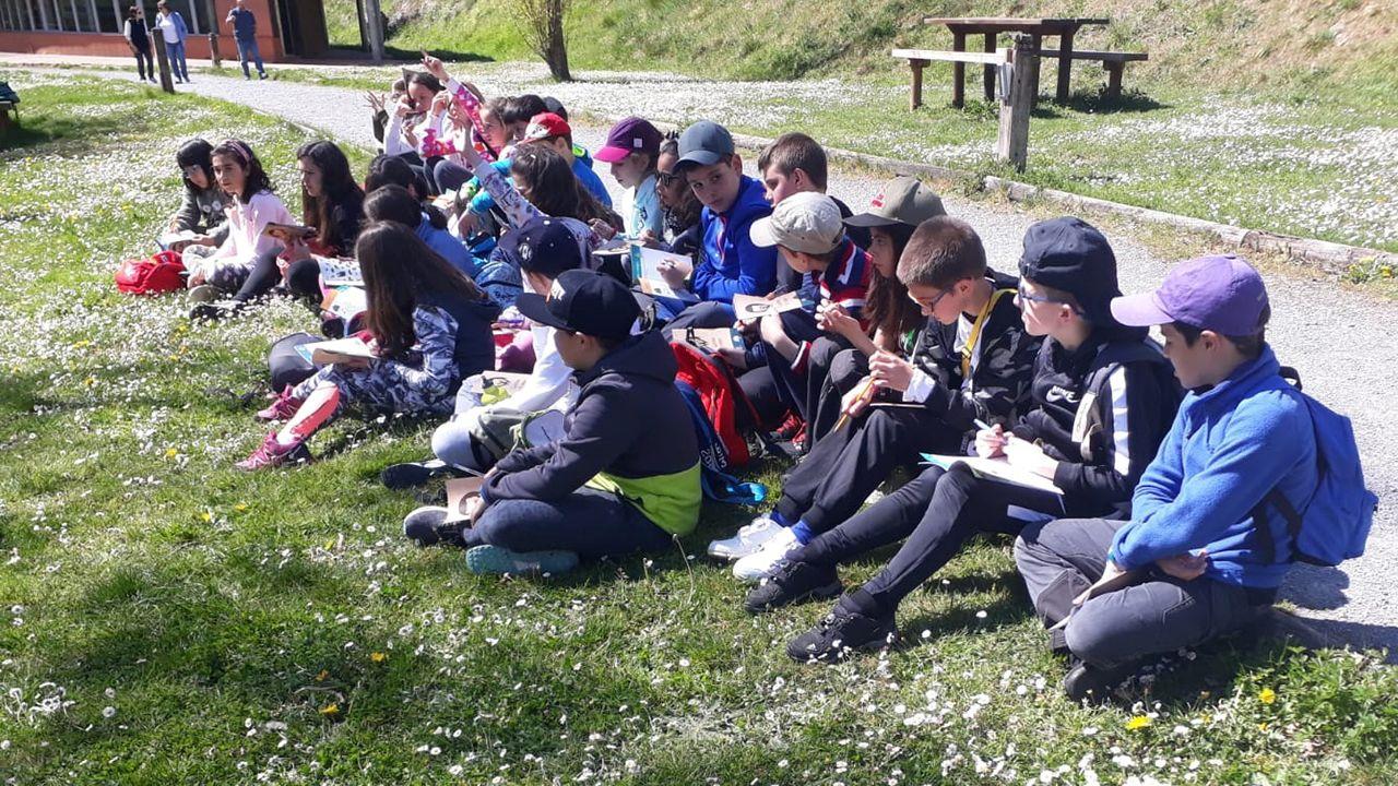 Alumnos participantes en el programa de educación ambiental «Valles del Oso» organizado por la FOA