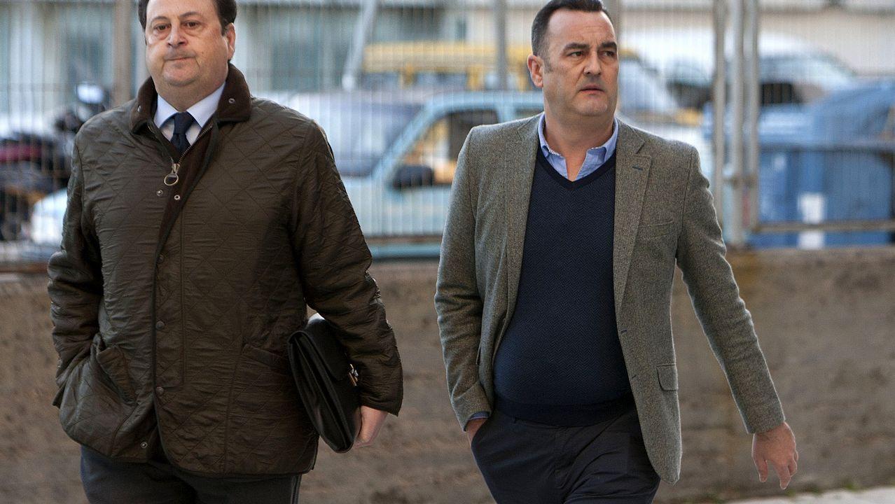 El hostelero Papuchi, a la derecha de la imagen, junto a su abogado, llegando en febrero a los juzgados de Vigo