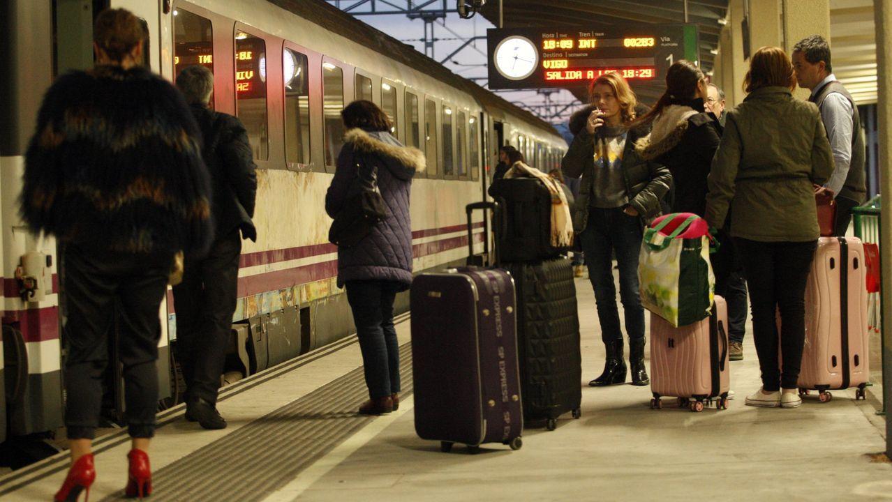 Viajeros a la espera de subirse a un tren en la estación de Monforte, en una foto de archivo