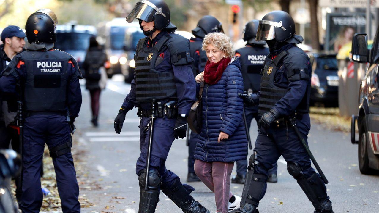 Los Mossos d'Esquadra retienen a una mujer por quemar ejemplares de la Constitución española en las calles de Barcelona, este jueves con motivo de la celebración del 41 aniversario de la Carta Magna