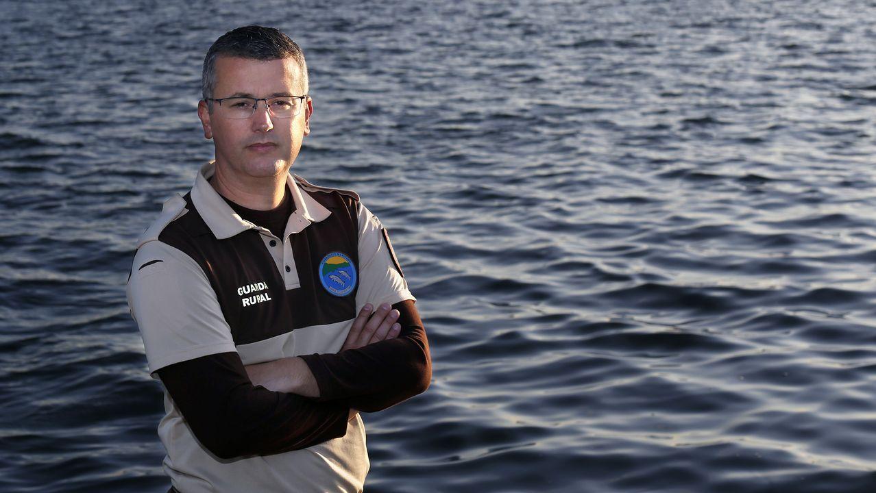 Dia del Pilar, patrona de la Guardia Civil 2019.Luis Crujeiras, en los comienzos de la reproducción a escala del buque que se hundió en Sálvora.