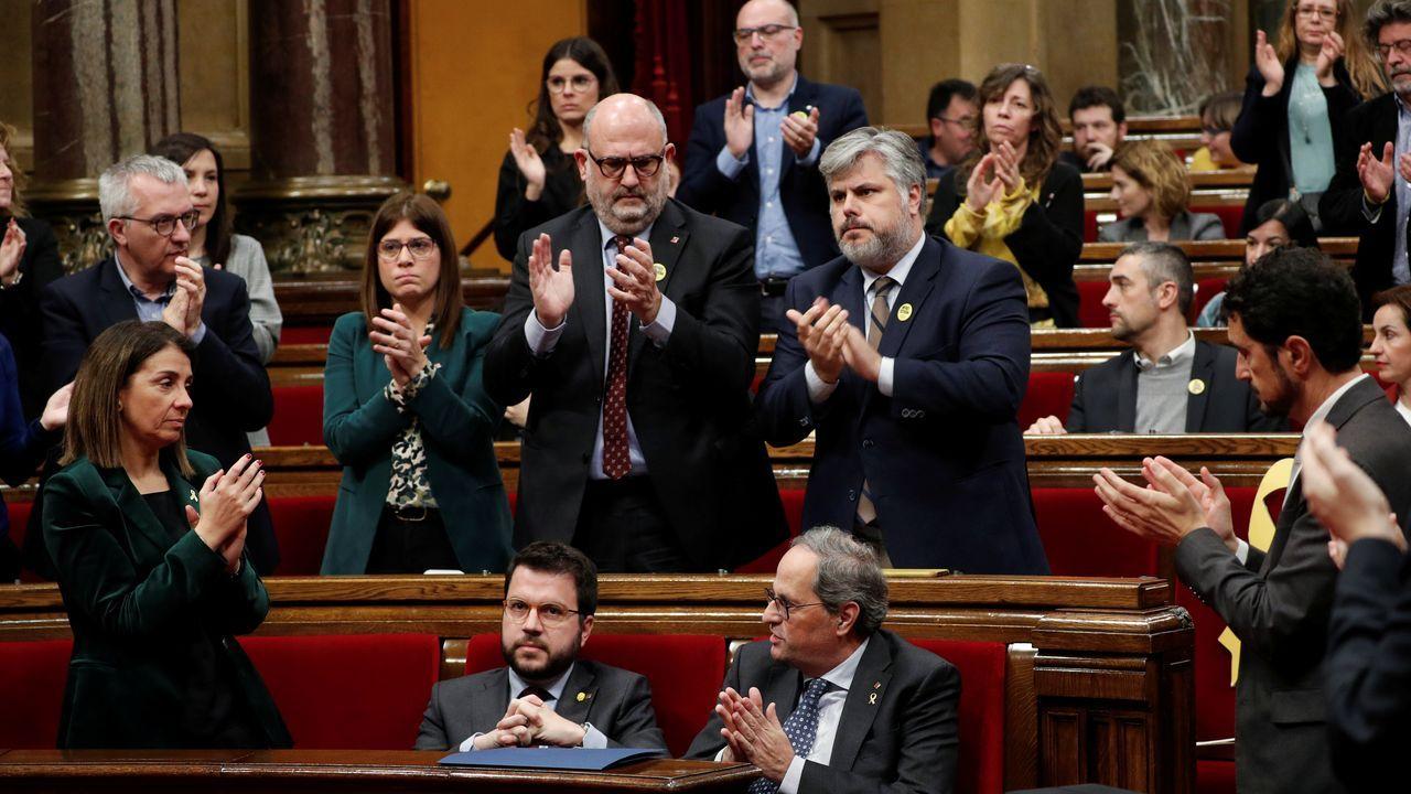 Los exconsellers presos, aclamados a su llegada al Parlamento catalán.La soledad de Torra y la fractura independentista. Quim Torra fue arropado ayer únicamente por los diputados de Junts, que se pusieron en pie y aplaudieron su intervención, mientras que los de ERC le hicieron el vacío, se mantuvieron sentados y no le aplaudieron