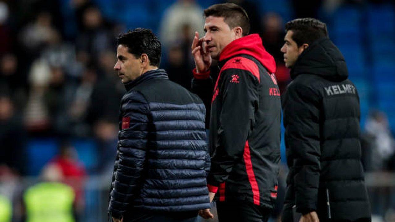 Rubén Reyes, con el chandal rojo y negro, al lado de Míchel, en un Real Madrid-Rayo Vallecano