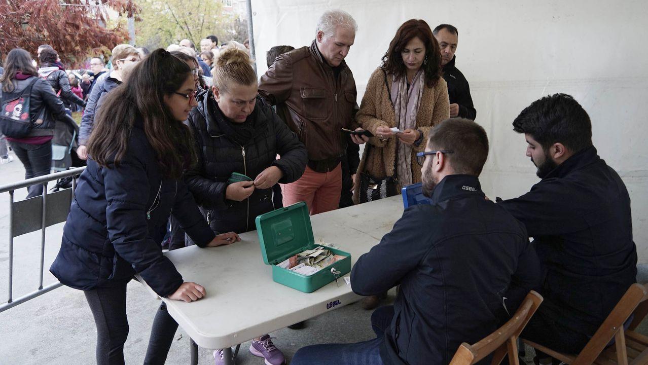 MAGOSTOS 2019.En el parque Barbaña, el magosto del Concello de Ourense ofrecía un bollo preñado, bebida y castañas por un tique de un euro.