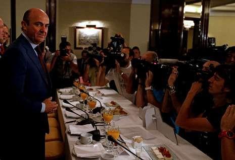 Rueda de prensa de Jose María Castellano y César González Bueno.El responsable de Economía afirmó que «el tema de los bancos» está a punto de solucionarse«.