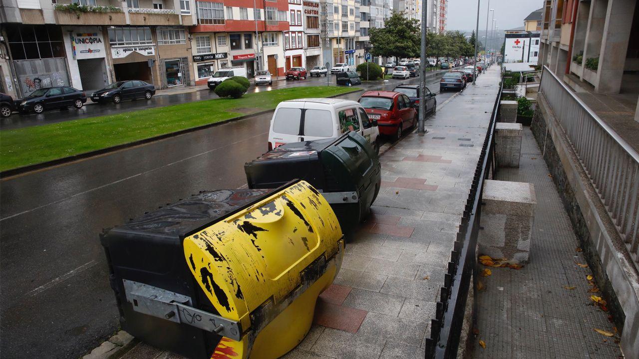 Contenedores derribados en las calles de Lugo