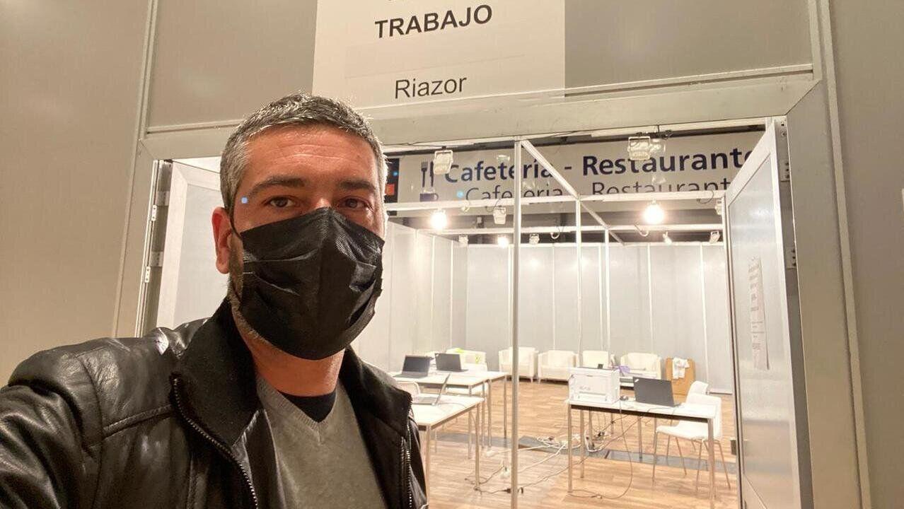 Juan José Pérez, ante la puerta de acceso al módulo de trabajo y descanso «Riazor»