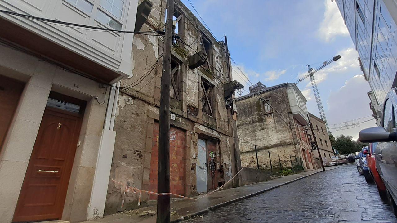 Una ruina de la calle San Francisco lleva meses con la acera cortada