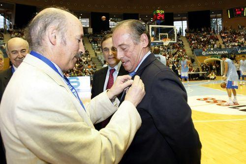 El mundo del fútbol llora la muerte de Maradona.En Argentina. El emprendedor ceense Elías Senlle junto con el que fue alcalde de Corcubión, Rafael Mouzo, en un acto multitudinario celebrado en la ABC en Buenos Aires.