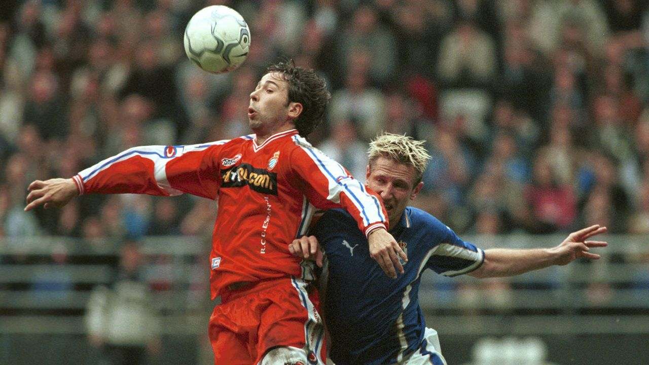 Los rostros célebres de la distancia social.Tamudo y Danjou disputan un balón en el Oviedo-Espanyol de 2001
