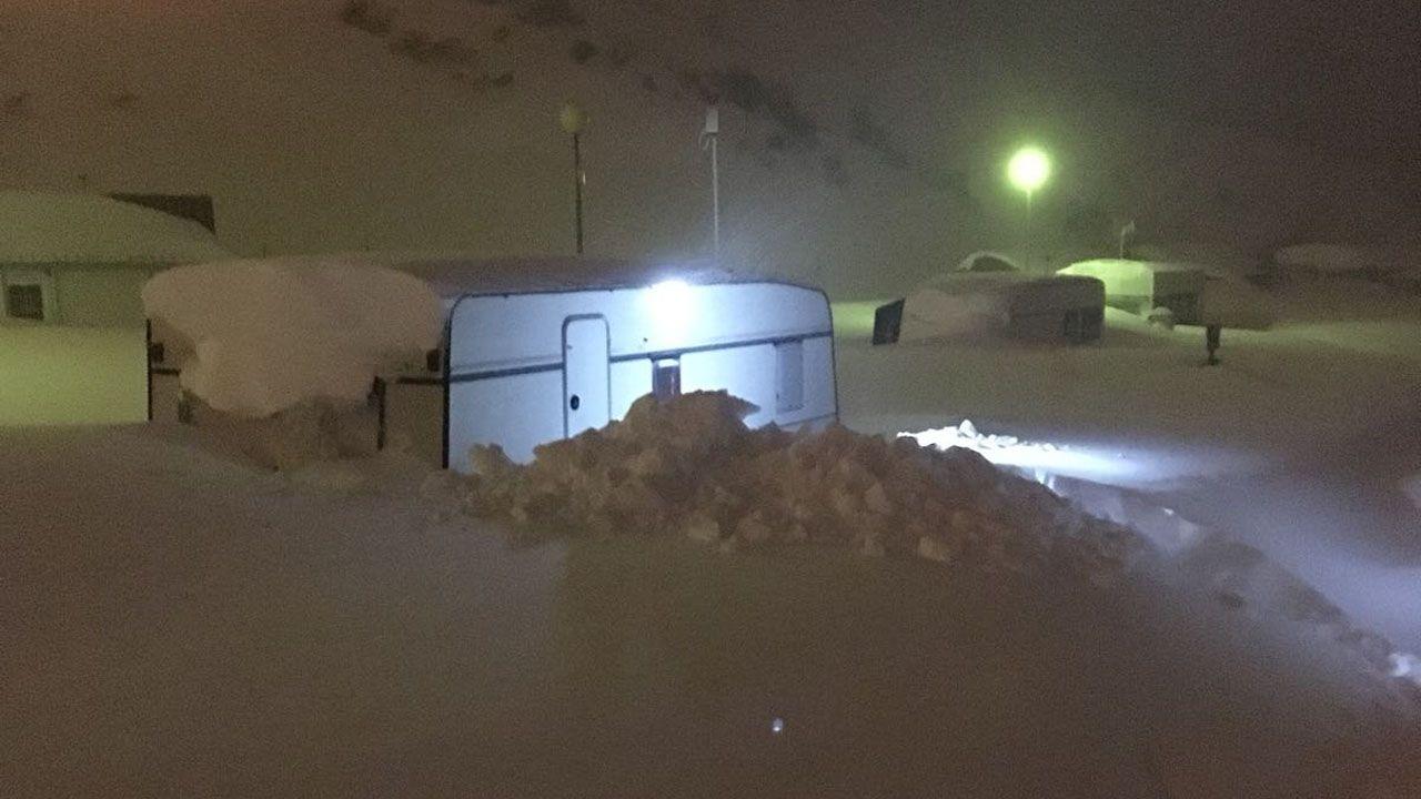 La nieve dificulta el tráfico en la autopista del Huerna.Una caravana pasa desapercibida entre la nieve, que casi la cubre por completo en La Raya