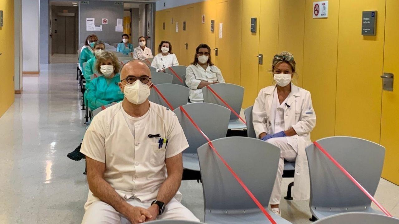 Daniel Moro, médico de familia de La Lila (en primer plano), junto a más profesionales del centro