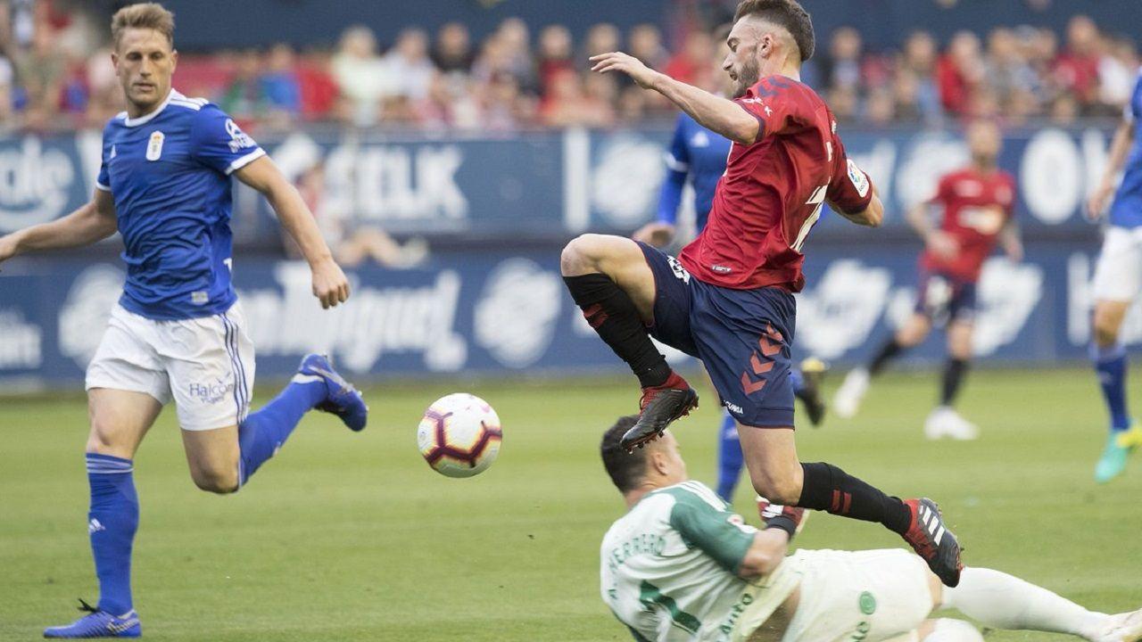 Roberto Torres intenta superar a Alfonso mientras Carlos Hernández sigue la jugada