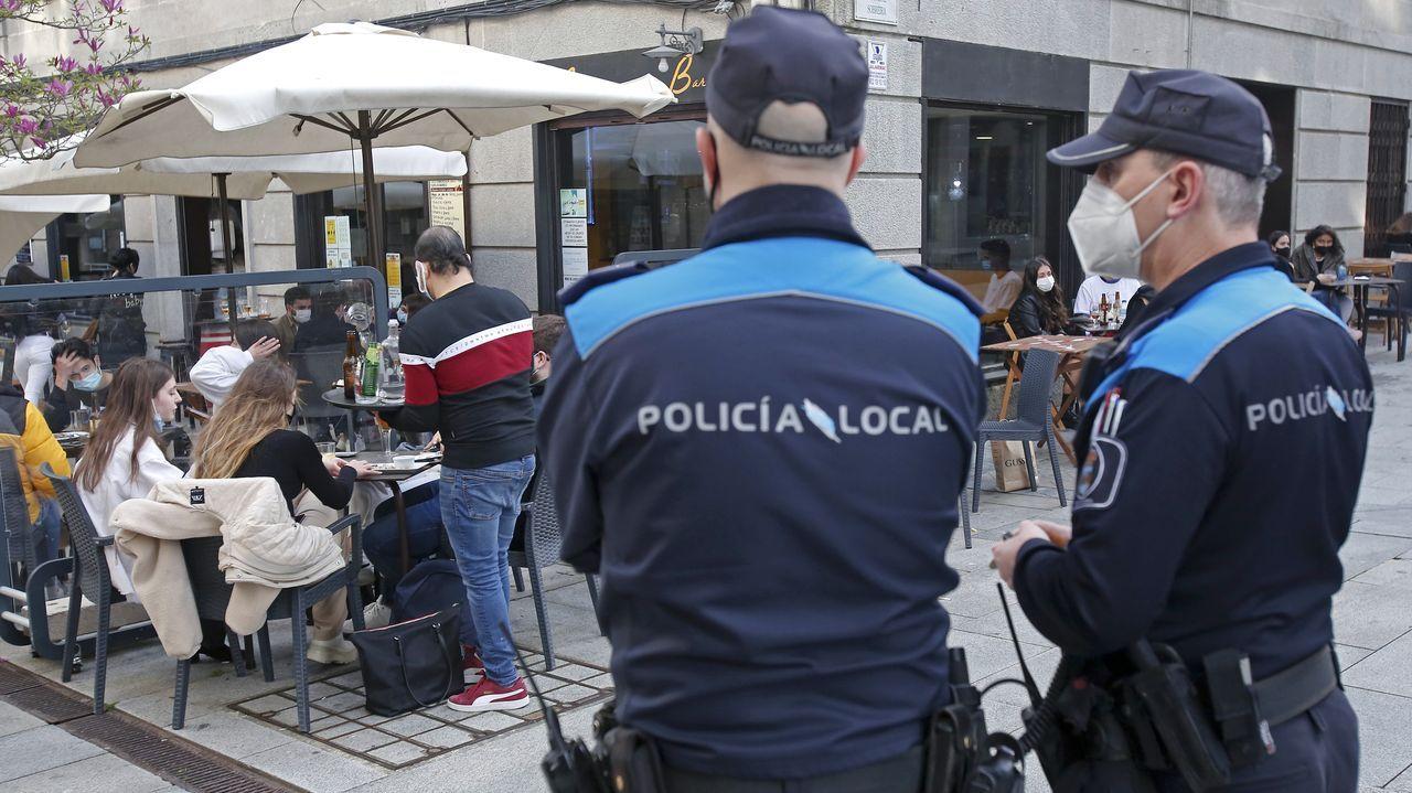 Homenaxe o mestre Carlos Alfonso pola súa xubilación en Cambados.Imagen de archvo de agentes de la Policía Local controlando el cumplimiento de la normativa anticovid en terrazas en Pontevedra