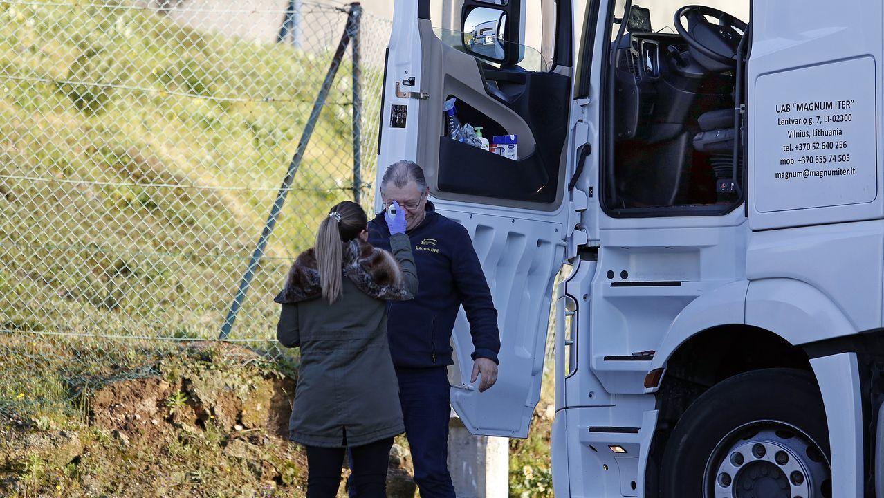 Control de temperatura a un camionero llegado de Dinamarca en la entrada de Frinsa, en el poligono industrial de Xarás, en Ribeira.