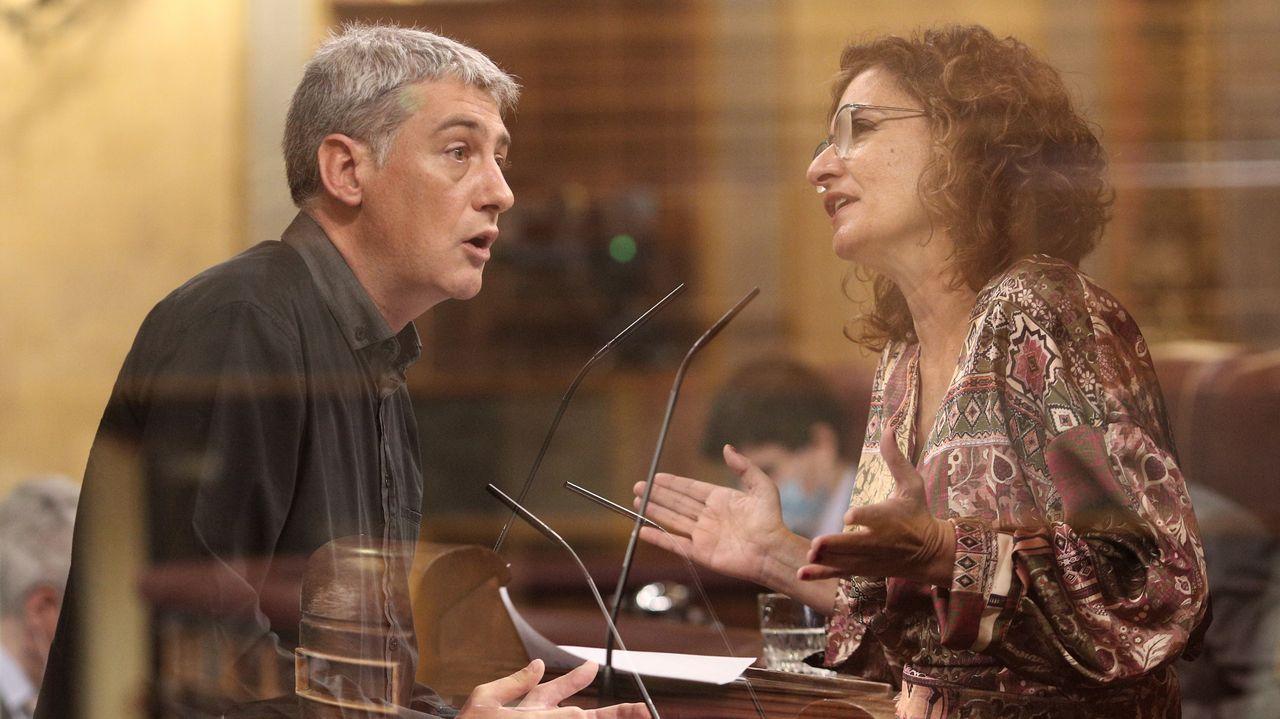 El portavoz de Bildu en el Congreso, Oskar Matute, y la ministra de Hacienda, María Jesús Montero