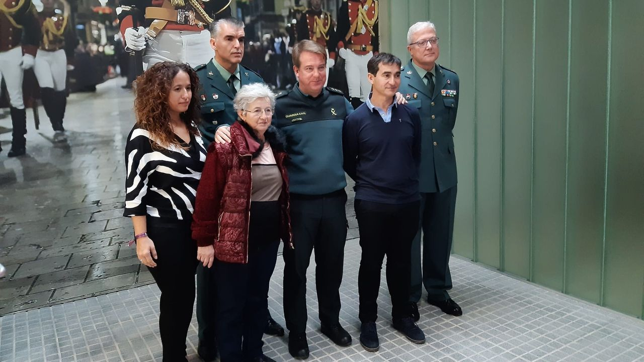 Emocionado encuentro entre un padre y su hija, tras ocho años separados.Afición del Real Oviedo celebrando el empate de Obeng en Riazor