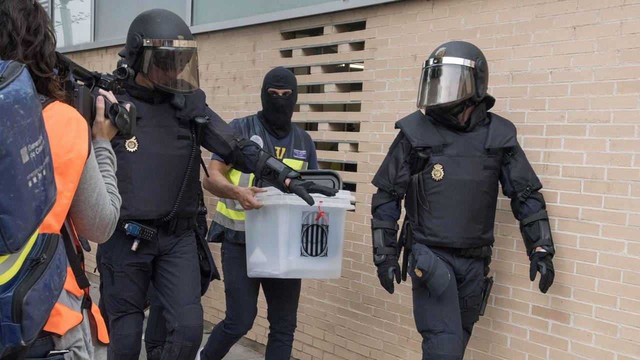 El día del referendo ilegal, agentes de la Policía Nacional requisaron las urnas en el ambulatorio del barrio leridano de Cappont.