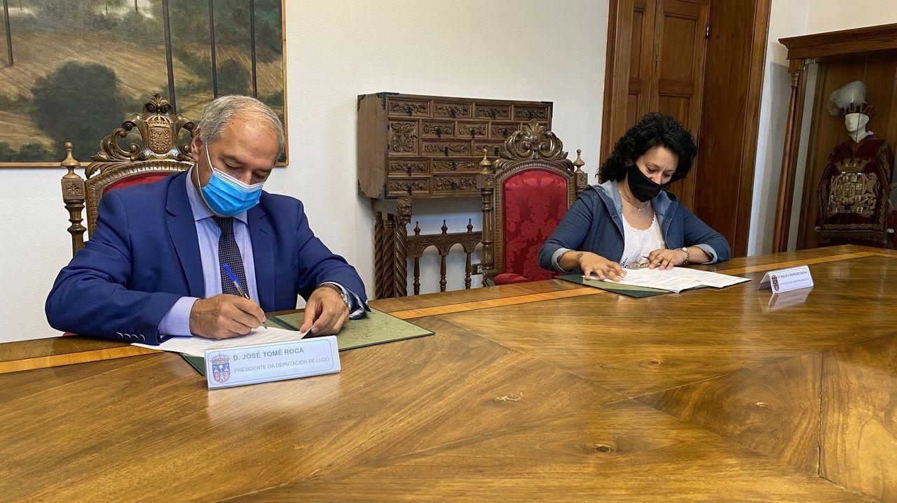 El presidente de la deputación, José Tomé Roca, y la presidenta de la asociación, Noelia Vanesa Rodríguez